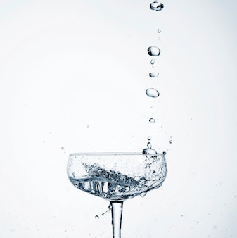 Close-up realista água derramando em vidro