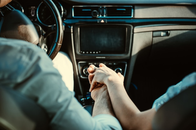 Close-up recortada de alto ângulo do motorista marido senhora esposa segurando os braços um do outro no caminho