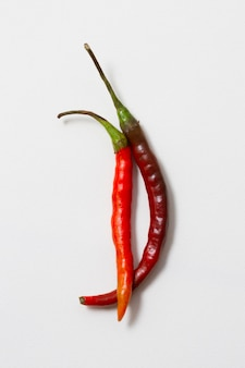 Close-up red hot chilli peppers com fundo branco