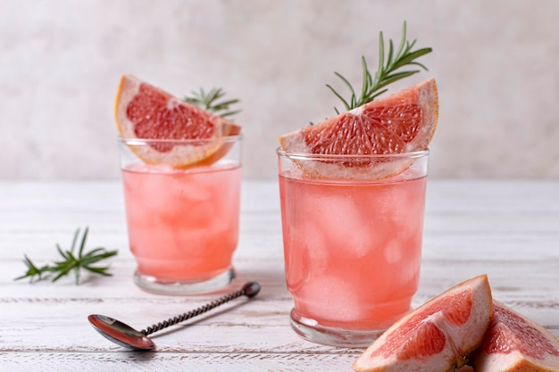 Close-up refrescante bebida alcoólica com toranja