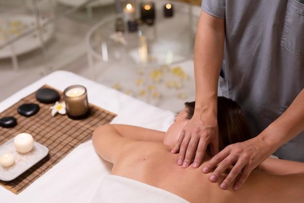 Close-up relaxado paciente recebendo massagem