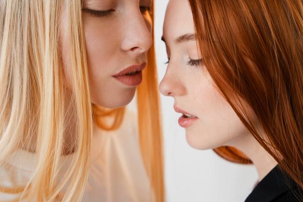 Close-up retrato de casal de lésbicas
