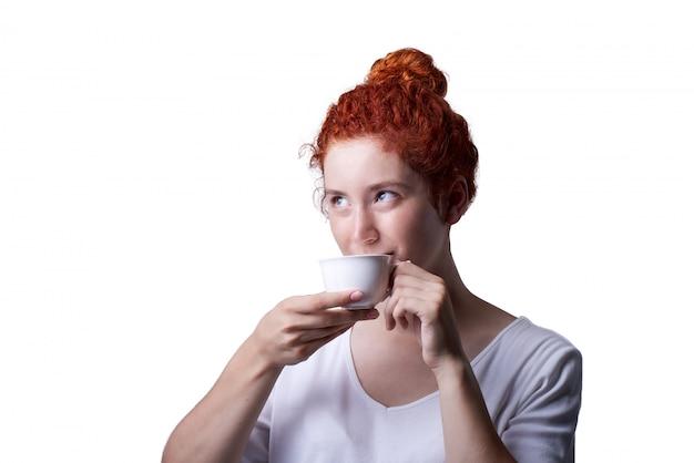 Close-up, retrato, de, haired vermelho, menina, com, freckles, olhando câmera