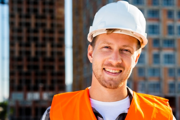 Close-up, retrato, de, sorrindo, trabalhador construção