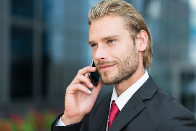 Close-up, retrato, de, um, homem negócios, conversa telefone