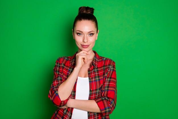 Close-up retrato dela ela agradável atraente adorável muito lindo minded inteligente garota de cabelos castanhos empresário pensando tocando o queixo isolado em fundo de cor verde vibrante brilho vívido brilhante