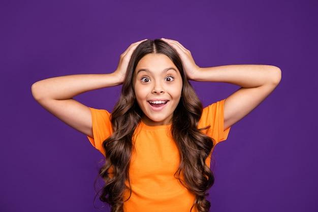 Close-up retrato dela ela agradável atraente encantador adorável atordoado alegre menina de cabelos ondulados wow ótimas notícias legais isoladas sobre brilhante vívido brilho vibrante lilás roxo cor de fundo violeta