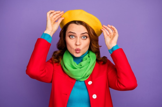 Close-up retrato dela ela bonita atraente adorável encantadora muito fofa garota de cabelos ondulados beicinho fixando chapéu isolado sobre fundo violeta lilás roxo cor pastel
