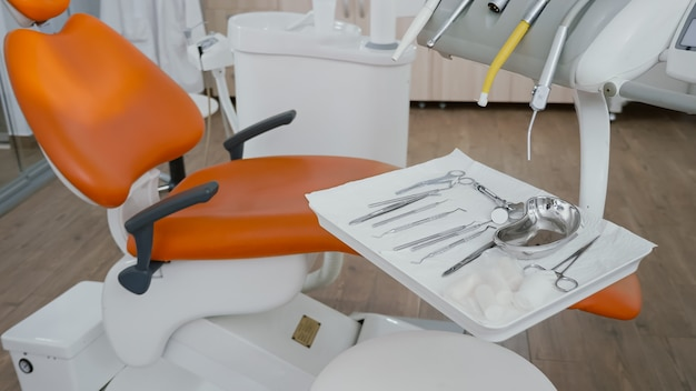 Close-up revelando ferramentas médicas odontológicas prontas para cirurgia dentária de estomatologia