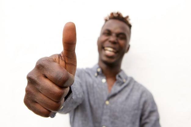 Close-up rindo homem afro com polegares para cima