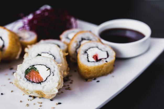 Close-up rolo de sushi panko quente com sauceauce de soja