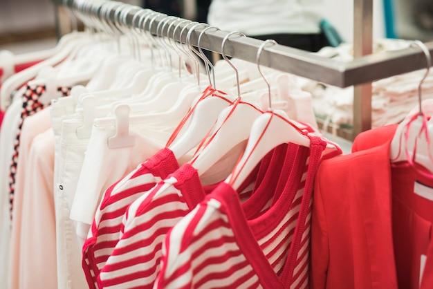 Close-up roupas em cabides na loja