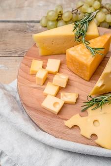 Close-up saborosa variedade de queijo com uvas