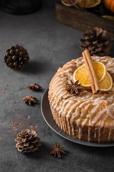 Close-up saboroso bolo assado num prato com paus de canela