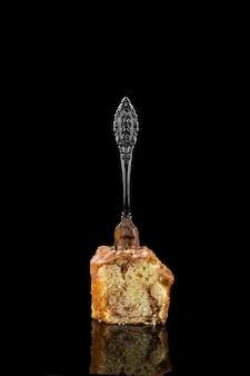 Close-up saboroso pedaço de pão doce em cima da mesa