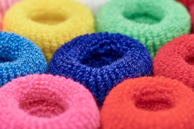Close-up scrunchy macio multi-colorido brilhante.