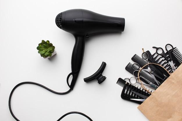 Close-up secador de cabelo e acessórios