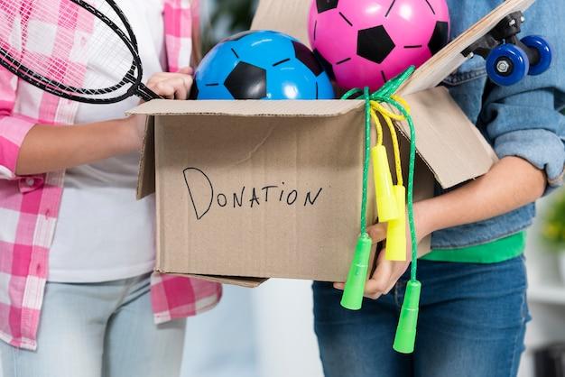Close-up, segurando a caixa de doação