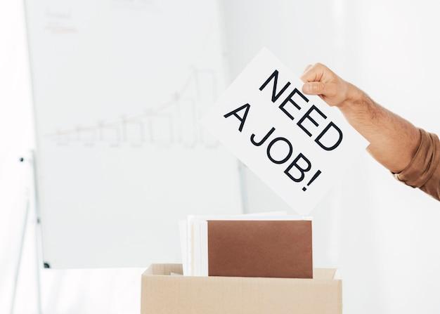 Close-up segurando a mão precisa de sinal de emprego