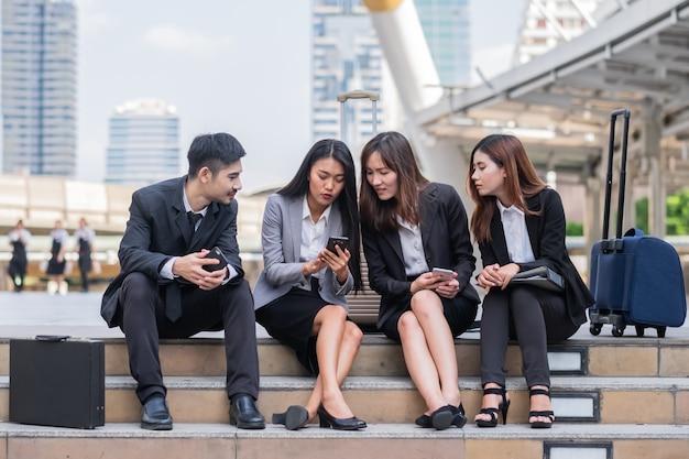 Close-up sentado empresário e mulher usando telefone inteligente
