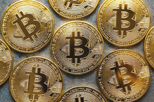 Close up shot de alguns bitcoins em um plano de fundo texturizado