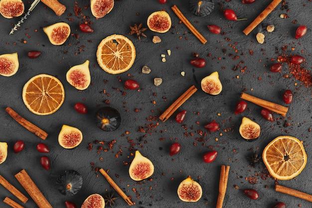 Close up shot de frutas e temperos para cozinhar vinho glint