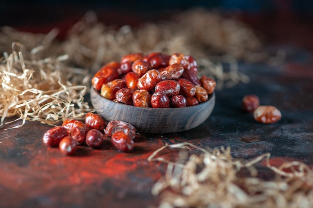 Close-up shot de frutas frescas de amora-prateada dentro e fora de uma tigela em misturar cores de fundo com espaço livre