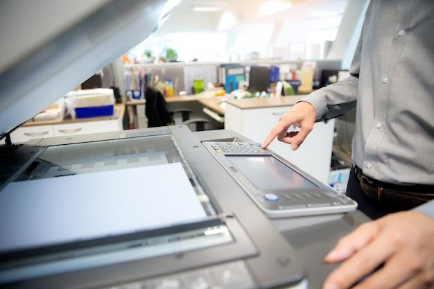 Close-up shot empresários estão usando fotocopiadoras.