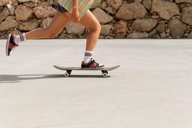 Close-up skatista ao ar livre