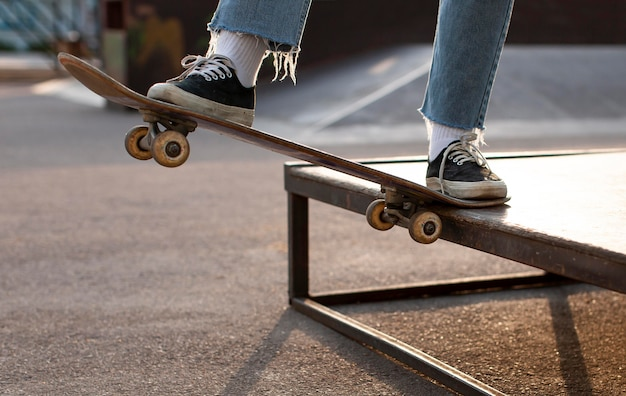 Close-up skatista fazendo um truque