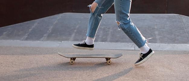 Close-up skatista no parque
