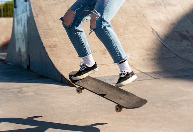 Close up skatista pulando