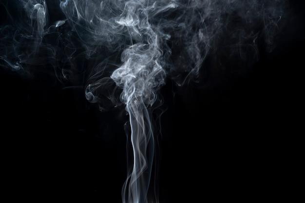 Close-up smoke sobre fundo preto para desenhos de sobreposição