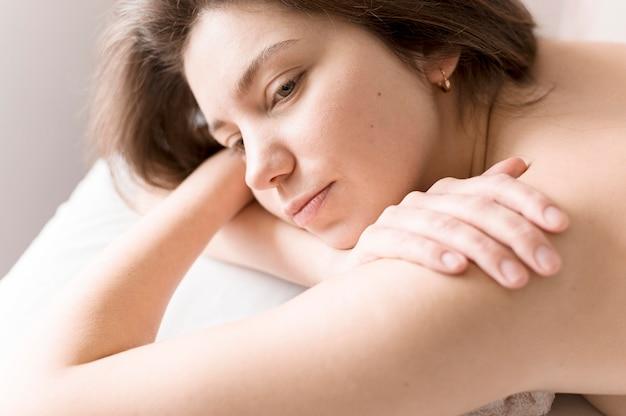 Close-up sonolenta mulher bonita