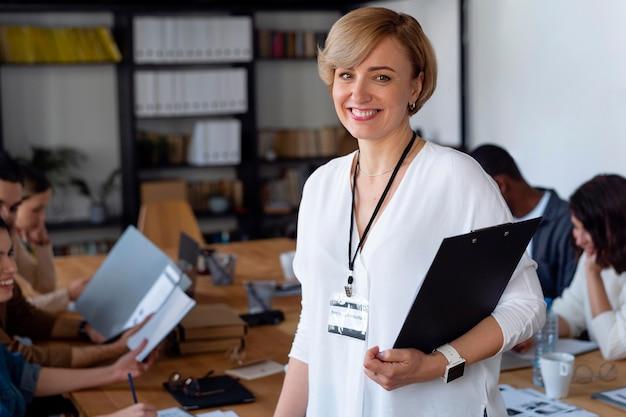 Close-up sorridente empresária na sala de conferências