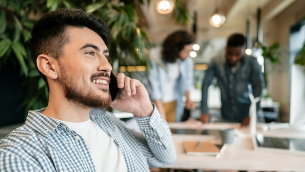 Close-up sorridente homem falando ao telefone