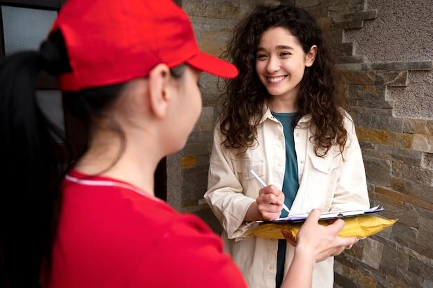 Close-up sorridente mulher assinando documento