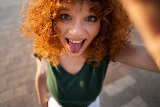 Close-up sorridente mulher posando