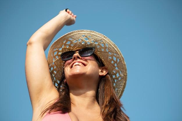 Close-up sorridente mulher usando chapéu