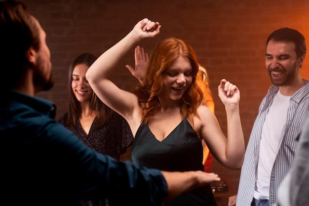 Close-up sorridente pessoas dançando