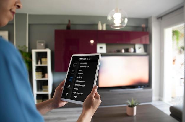 Close-up tablet com controle de smart tv