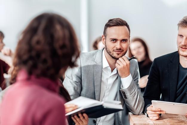 Close-up taciturno empresário sentado na mesa do escritório