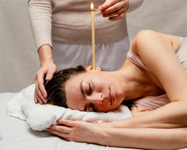 Close-up terapeuta usando vela