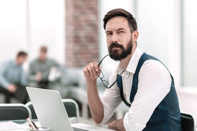 Close up.thoughtful empresário sentado em um conceito de escritório desk.business
