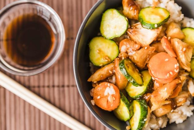 Close-up tiro arroz com legumes e molho