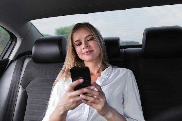 Close-up, tiro, com, um, loiro, mulher olha, em, telefone