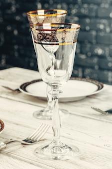 Close-up tiro de configuração de mesa para um jantar requintado com talheres e copos