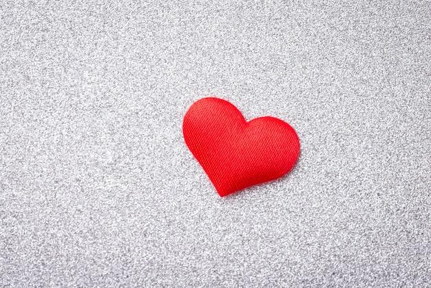 Close-up tiro de coração decorativo em um fundo branco cintilante
