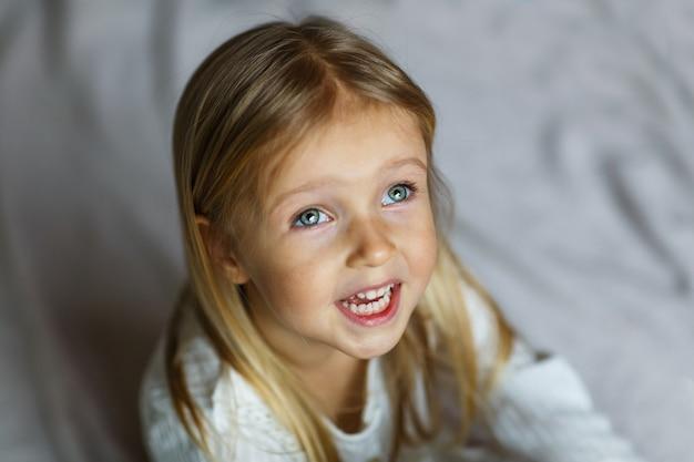 Close-up tiro de linda loira caucasiana menina