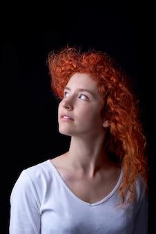 Close-up tiro de menina de cabelos vermelha caucasiana com sardas